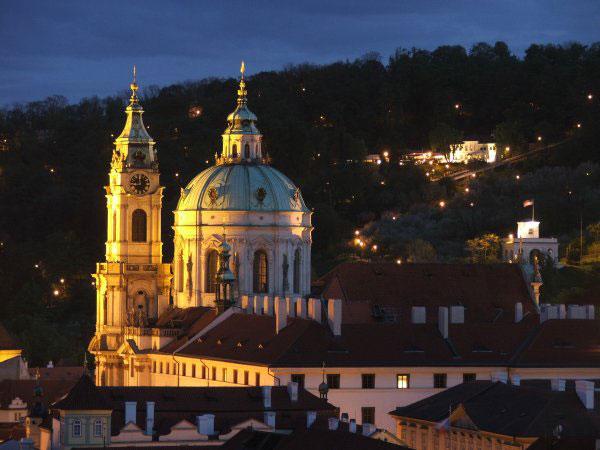 Собор Св. Микулаша в Праге на Мала Стране. Вид ночью