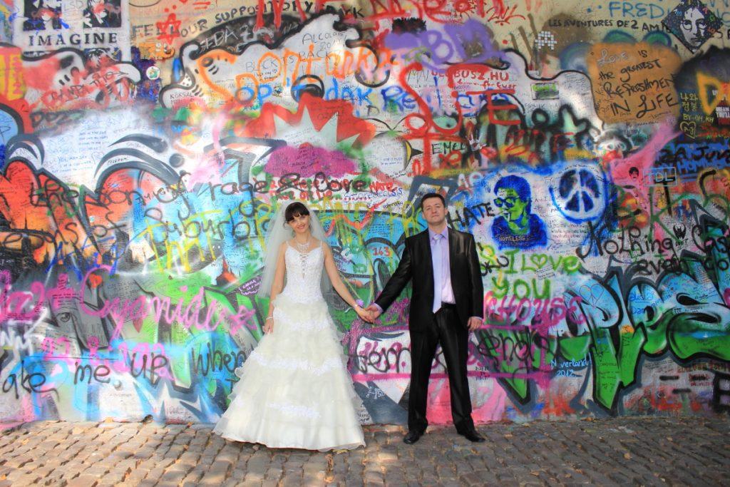 Стена Джона Леннона и в Праге