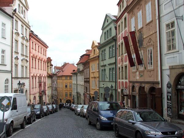 Улица Nerudova в Праге
