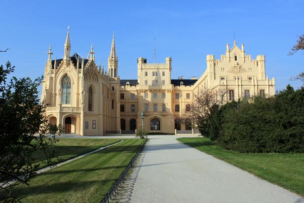 Вид на главный фасад замка Леднице